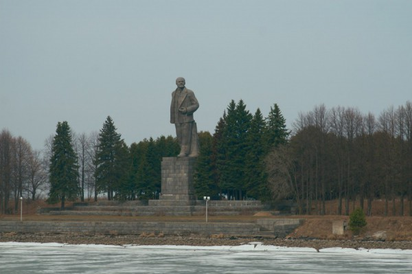 Символ эпохи - памятник В. И. Ленину на берегу Волги